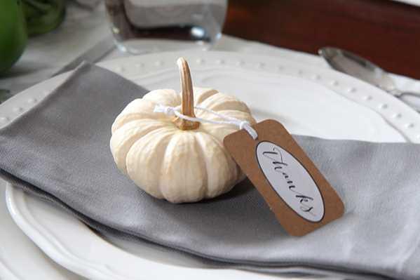 Thanksgiving table decor like mini pumpkins are creative and cute.